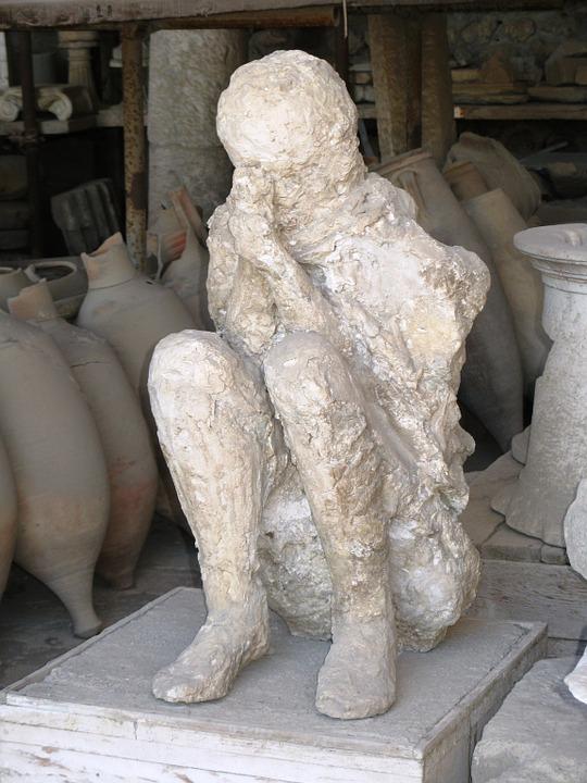 pompeii-italy-statue-man-volcano