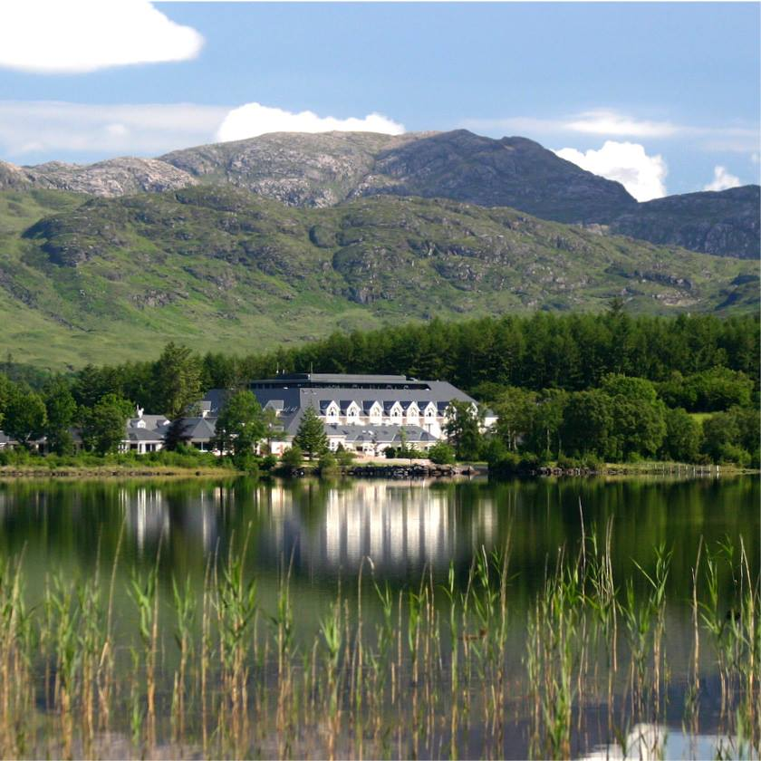 A welcoming resort surrounded by mountains and a lake (Lough Eske). Large, luxurious bedrooms. Irish hospitality. Photo Harvey's Point Donegal Ireland