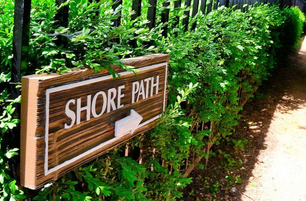 Follow the arrows to Geneva Lake Shore Path for a 21-mile shoreline walk. Photo: Visit Lake Geneva