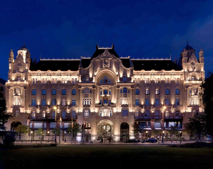 Built in 1906 and entirely renovated in 2004, Four Seasons Hotel Gresham Palace Budapest enjoys an incomparable location in front of the Chain Bridge, and in the heart of the city. Photo: Booking.com