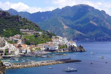 Home to some of the most popular and beautiful coastal towns of Italy, the Amalfi Coast